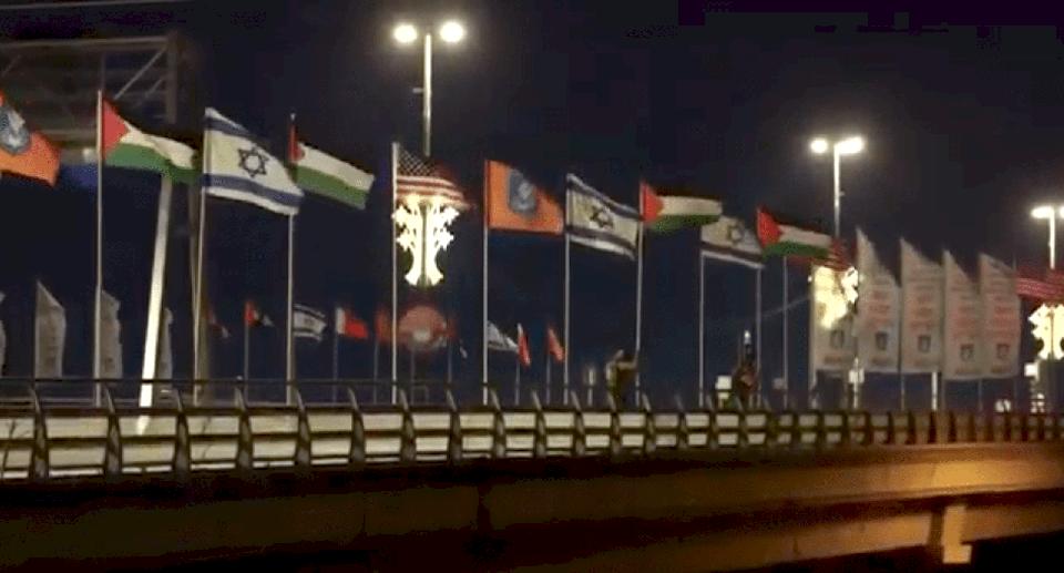 """فيديو: استبدال أعلام دول التطبيع بعلم فلسطين في """"نتانيا"""""""