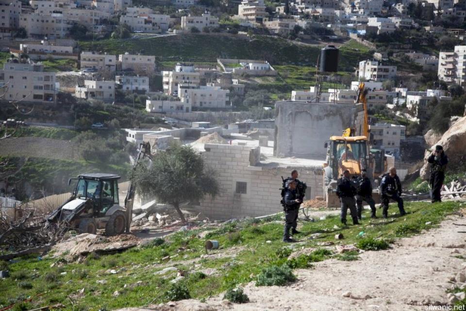 الاحتلال يخطر 63 منشأة في الأغوار بالهدم ووقف البناء