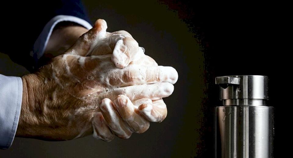 (فيديو) من الذهب وألماس.. فنانة عربية تحصل على أغلى صابونة بالعالم