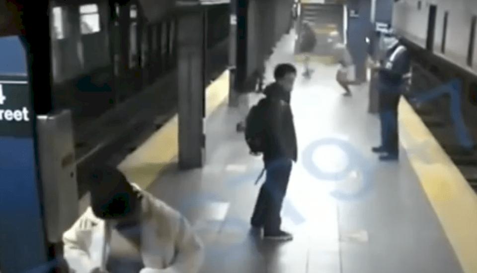 فيديو مرعب: شاب يدفع امرأة للموت تحت قطار