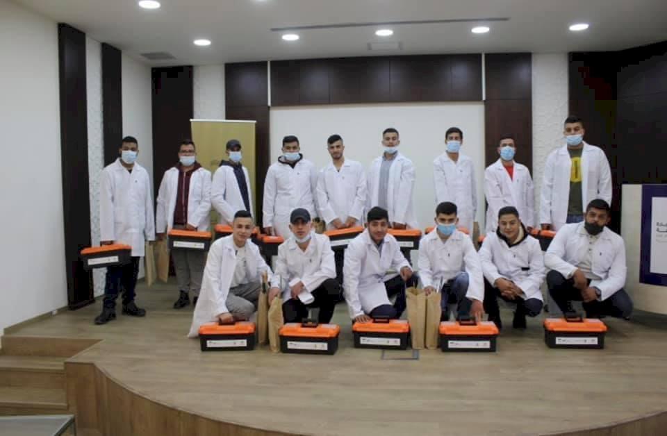 غرفة تجارة وصناعة رام الله ووزارة التنمية تخرج 15 خريج في مجال النجارة