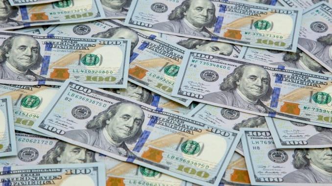 الذهب يرتفع على حساب تراجع الدولار والسندات الأمريكية