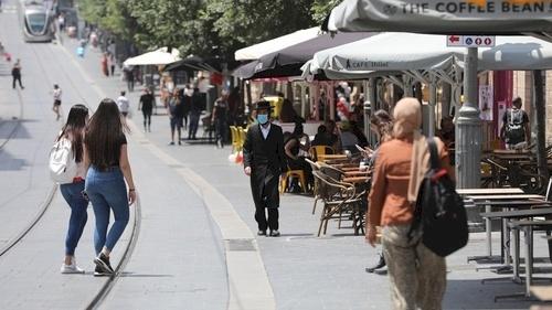 بعد رفع الإغلاق- تحذيرات من ارتفاع حاد بإصابات كورونا في إسرائيل