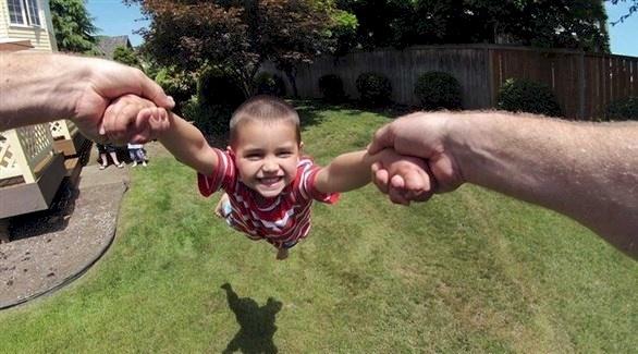أطباء يحذرون: لا ترفع طفلك من ذراعه