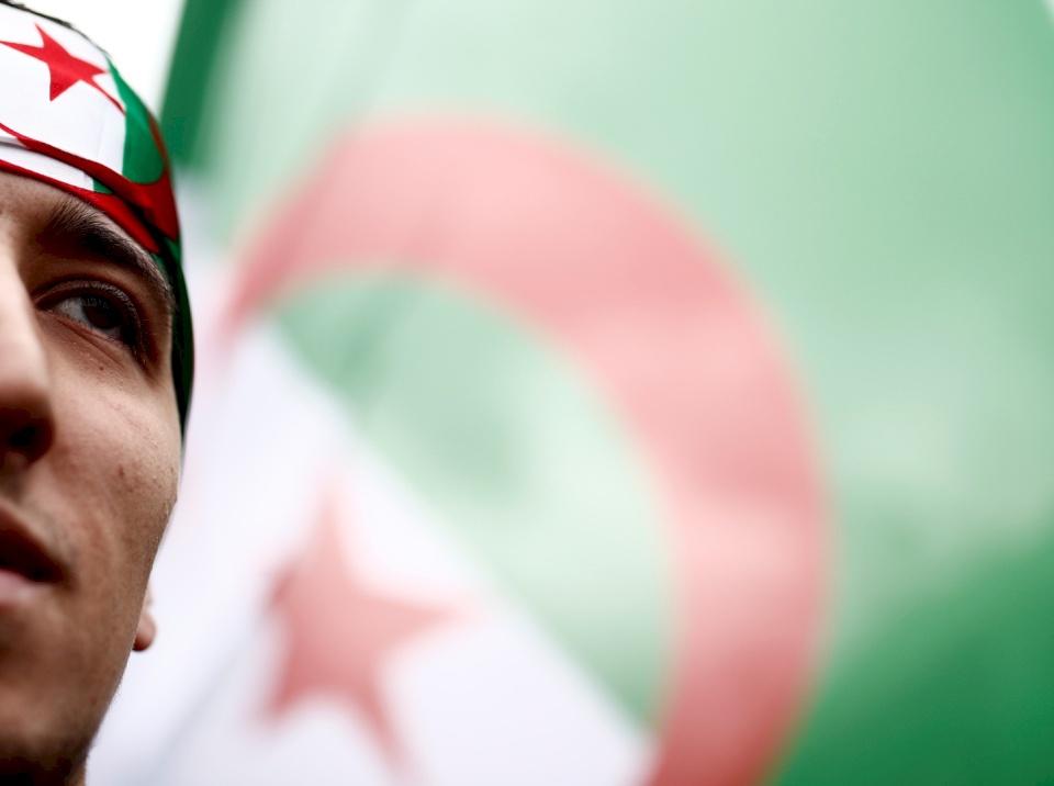 """الجزائر.. """"المهدي المنتظر"""" يطعن رجلا ظنه بوتفليقة!"""