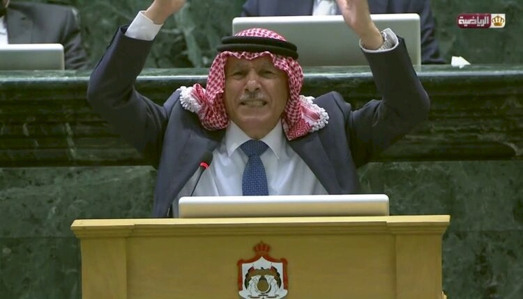 شاهد ما حدث داخل البرلمان حين حاول نائب أردني الدفاع عن الأمير حمزة (فيديو)