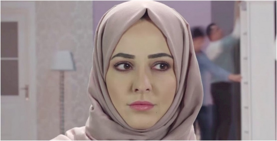 إعلامية سورية تخلع الحجاب وتتعرض لموجة غضب كبيرة (صور)