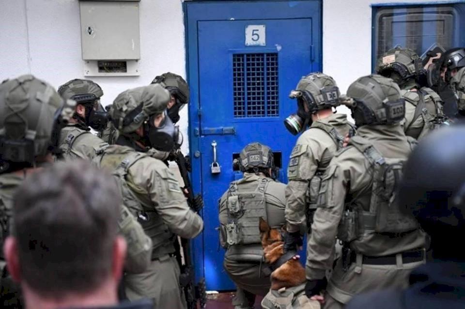 """توتر شديد في سجن النقب بعد اقتحام قوات القمع """"الإسرائيلية"""" قسم 27"""