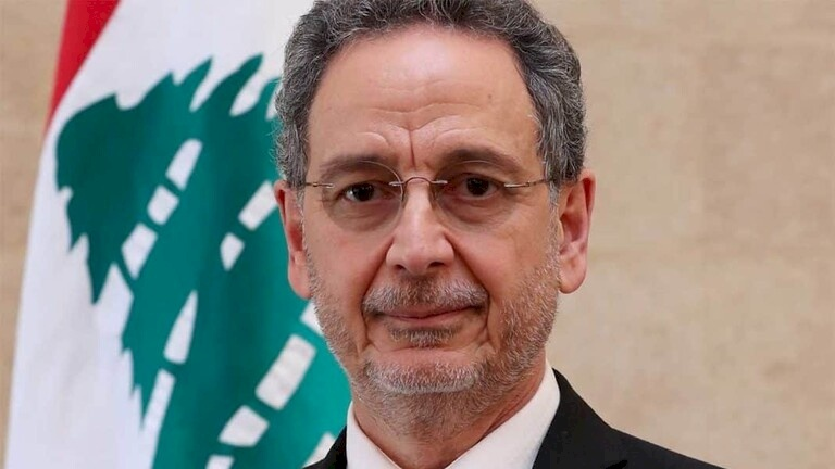 لبنان.. بكاء وزير لدى تسليمه منصبه وخليفته يعطيه منديلا (فيديو)
