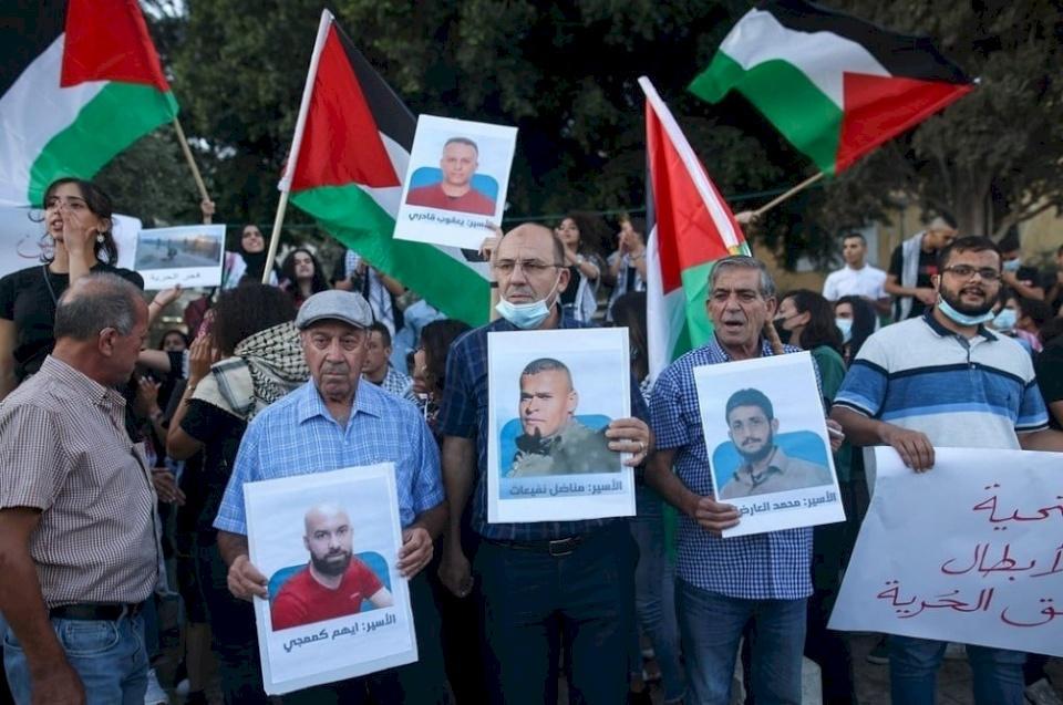 """بعد محاولة الاحتلال زرع الفتنة.. الأسير """"العارضة"""" يٌكذب رواية إسرائيل"""