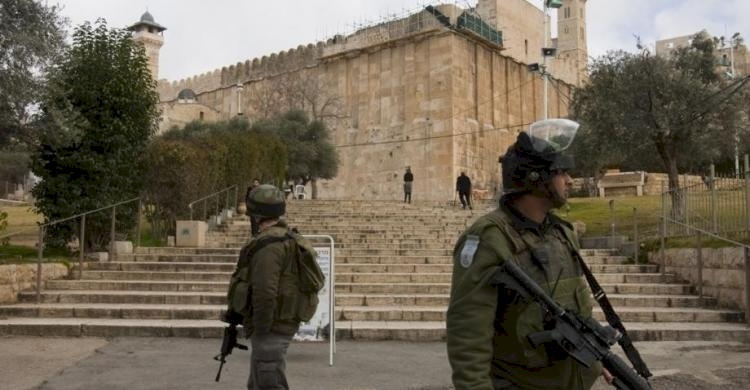 الاحتلال يغلق الحرم الإبراهيمي بالقوة ويعتدي على المصلين